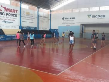 CRAS oferece aulas de futebol feminino
