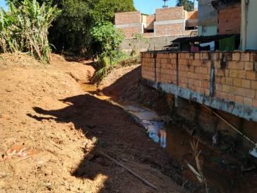 Prefeitura limpa afluente do córrego das Almas