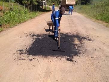 Prefeitura faz tapa-buracos na estrada da FHEMIG