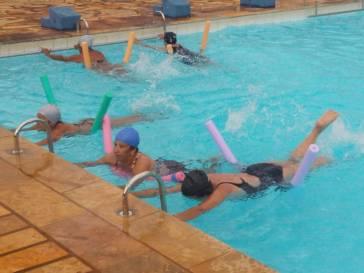 Idosos fazem natação no COPEM