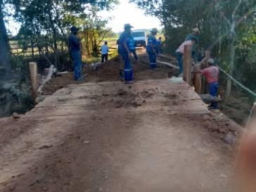 Prefeitura recupera ponte na estrada do Gorduras