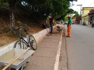 Prefeitura prossegue recuperação da calçada na rua Antônio Chaves