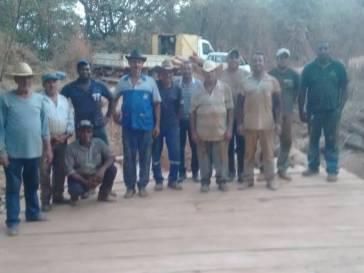 Parceria Prefeitura Produtor Rural recupera ponte em Bambuí