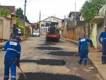 Prefeitura faz tapa-buracos em diversas ruas