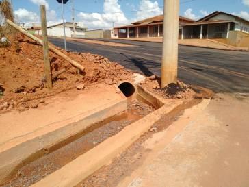 Pavidez asfalta cruzamento no bairro Sagrado Coração