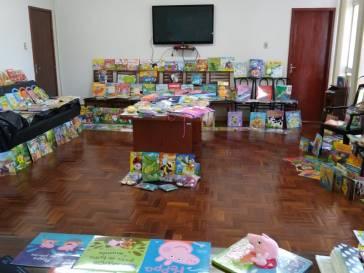 Prefeitura entrega centenas de livros às escolas municipais
